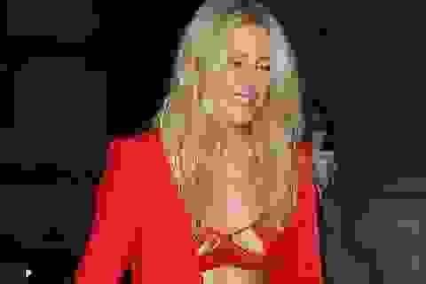 """Ellie Goulding diện áo """"phô"""" nội y trên phố"""