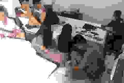 """13 nam nữ thanh niên thuê phòng khách sạn để """"phê"""" ma túy"""