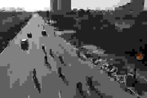 Hà Nội: Rác thải tràn lan trên đại lộ 7.500 tỷ đồng