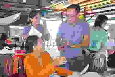 """Nhiều """"học sinh U60"""" hăng say tham gia học tiếng Anh miễn phí trên sông Hậu"""