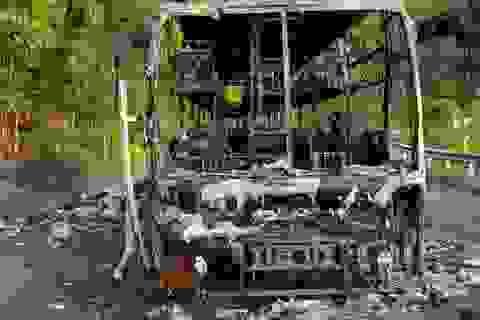 Xe chở 40 hành khách bất ngờ bốc cháy trơ khung