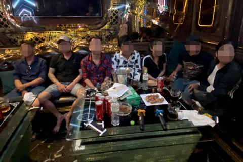 TPHCM: 20 nam nữ dương tính ma túy trong quán karaoke