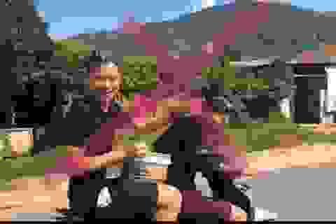 Sơn La: Triệu tập 2 thanh niên vừa đi xe máy vừa gội đầu cho nhau