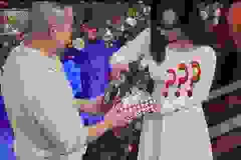 Chàng trai tặng hộp quà rỗng cho bạn gái lần đầu hẹn hò