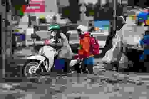 """Người Sài Gòn gồng mình bì bõm khiêng xe qua """"rốn ngập"""""""