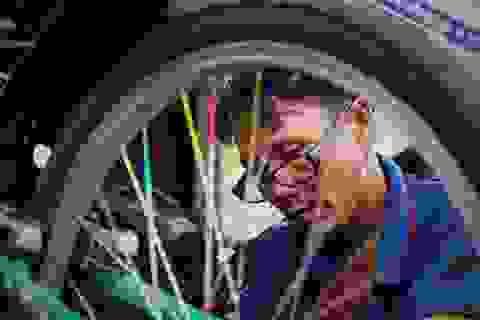 """Lão sửa xe """"khùng"""" và hơn 300 chiếc xe đạp tặng trẻ em nghèo"""
