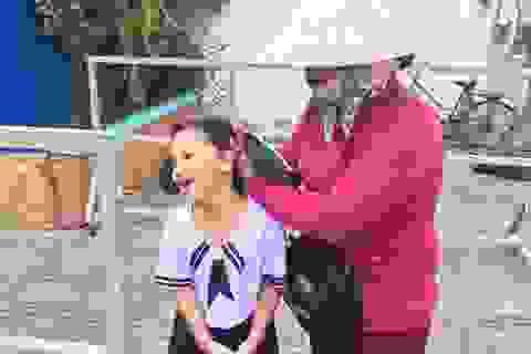 Người mẹ một bàn tay, mang theo tập vé số dắt con đi tựu trường