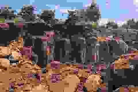 """""""Đá tặc"""" mở công trường gần trụ sở xã: khoảng 200m3 đá tại hiện trường"""