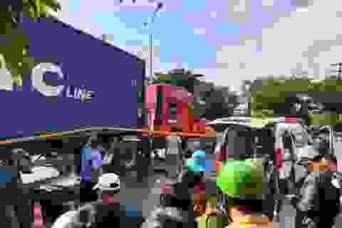 2 cô gái chết thảm dưới bánh xe container