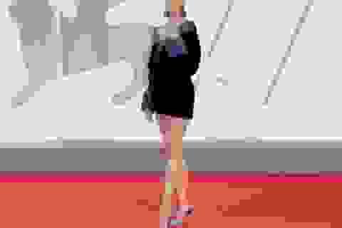 Siêu mẫu Taylor Hill khoe chân dài miên man