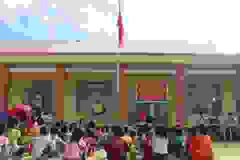 Xúc động cảnh học sinh ngồi đất, dự lễ khai giảng sớm tại Đắk Nông
