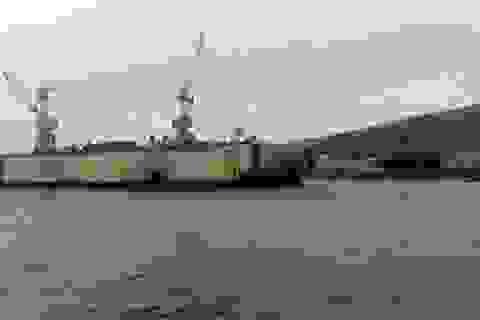 Bão thổi ụ nổi đâm vào hàng loạt tàu chiến của Nga