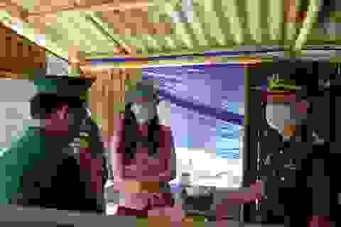 Thăm, tặng quà chiến sĩ biên phòng chốt chặn biên giới Việt - Lào