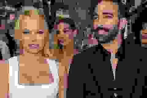 Pamela Anderson bị đồn hẹn hò với vệ sĩ kém tuổi
