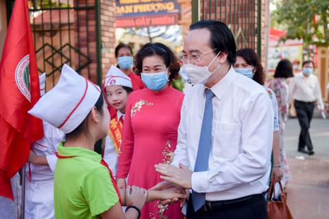 Bộ trường Phùng Xuân Nhạ tới trường huyện dự khai giảng