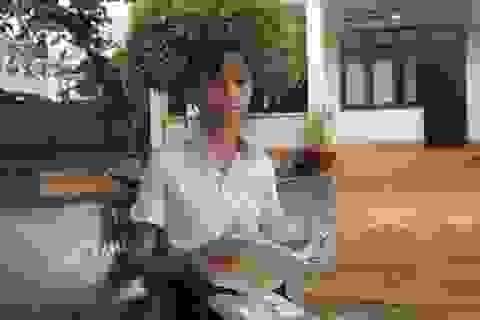 Xót xa hoàn cảnh cô học trò  hiếu học chỉ dám đứng từ xa nhìn mẹ rồi khóc