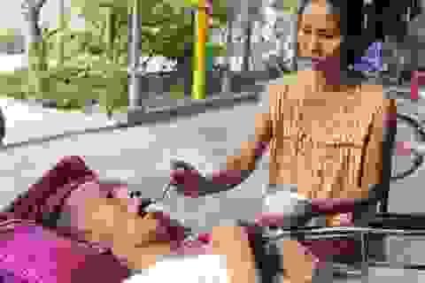 Thương người vợ ung thư gồng mình chăm chồng liệt giường, nuôi 2 con nhỏ