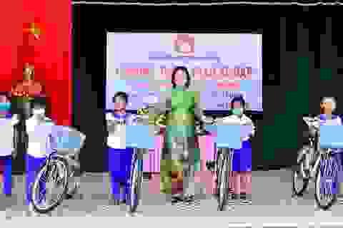 Quảng Trị: Hội Khuyến học tặng xe đạp, đồng phục cho học sinh miền núi