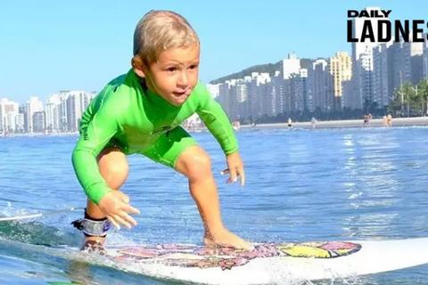 Lướt sóng đỉnh cao từ lúc 2 tuổi khiến người lớn phải trầm trồ
