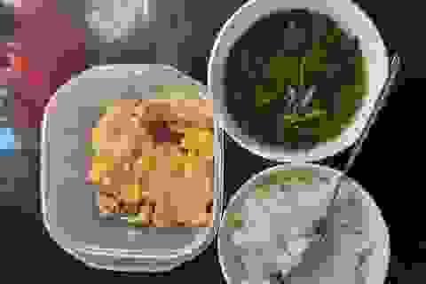 Mùa khó, sinh viên xa nhà ăn cơm 10.000 đồng, tận dụng thức ăn thừa...