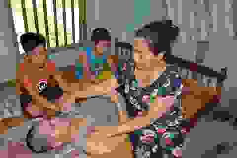 Cha bị tai nạn nằm liệt giường, đến giờ này hai con chưa có sách vở đi học