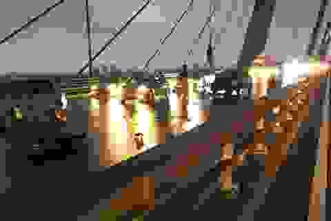 Phóng xe máy ngược chiều trên cầu Nhật Tân, 2 thanh niên tông thẳng xe taxi