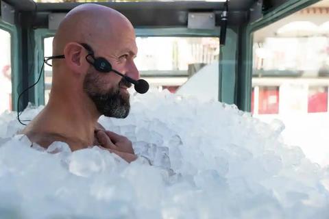 Ngâm mình trong 1.800kg đá lạnh suốt 2,5 tiếng để lập kỷ lục