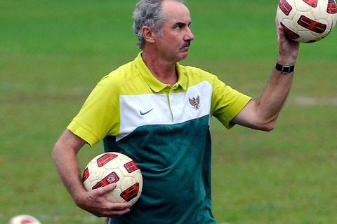 Giới bóng đá Indonesia sốc khi nghe tin HLV Alfred Riedl qua đời