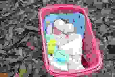 """Bé sơ sinh nằm trong giỏ nhựa kèm lời nhắn """"không đủ điều kiện nuôi"""""""