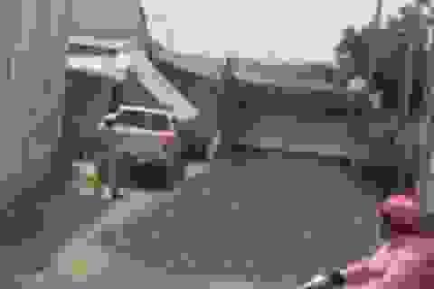 Truy tìm tài xế xe ben biển đỏ chạy trốn CSGT, đổ đá chặn ngang đường