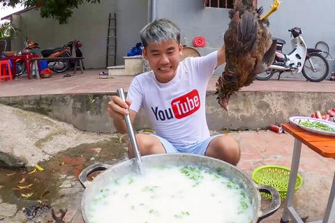 """Con trai bà Tân Vlog bị xử phạt vì video """"nấu cháo gà nguyên lông"""""""