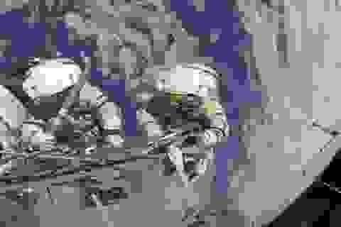 UFO xuất hiện ngay sau lưng các phi hành gia trên trạm ISS?
