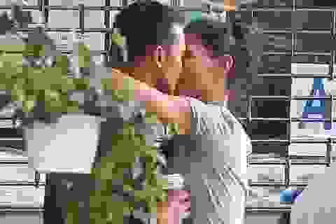 Katie Holmes tình tứ hôn bạn trai trẻ