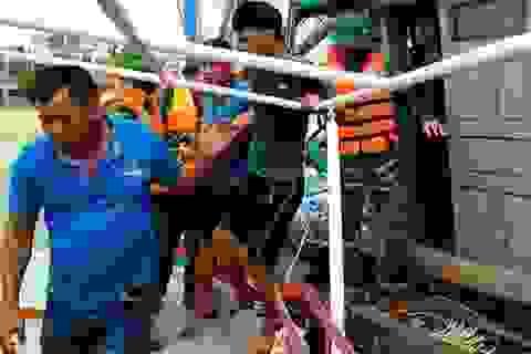 Cứu kịp thời 4 ngư dân chìm tàu trên biển lúc đêm khuya