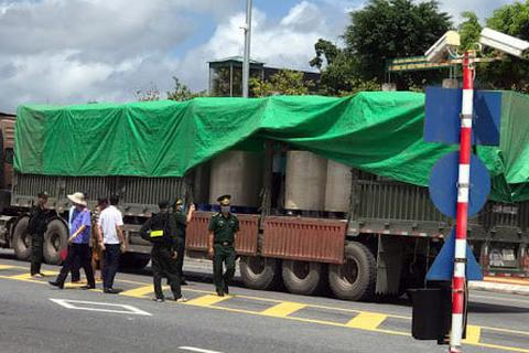 Ngăn chặn 2 xe container ngụy trang chất bột lạ chở sang Trung Quốc