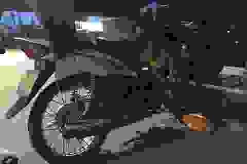 Xe máy chui tọt vào gầm xe đầu kéo, người văng ra ngoài