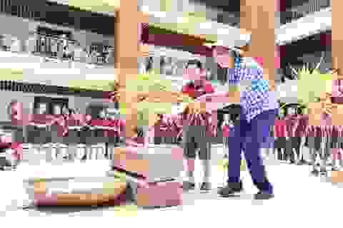Trường tiểu học Trung Quốc dạy học sinh cách thu hoạch lúa