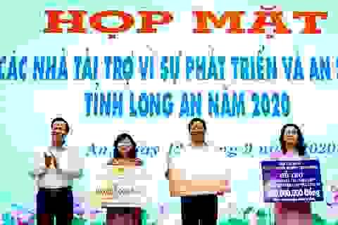 Bộ trưởng Đào Ngọc Dung tặng 300 triệu đồng giúp người có công xây nhà