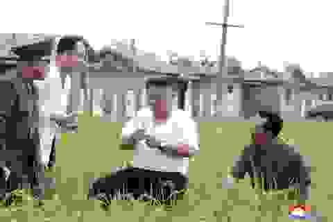 Hình ảnh khác lạ của ông Kim Jong-un khi thị sát vùng lũ