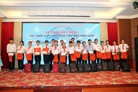 Sở LĐ-TB&XH Thừa Thiên Huế trao học bổng 100 học sinh vượt khó học giỏi
