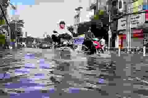 Con đường ngập suốt nửa ngày sau cơn mưa ở Sài Gòn