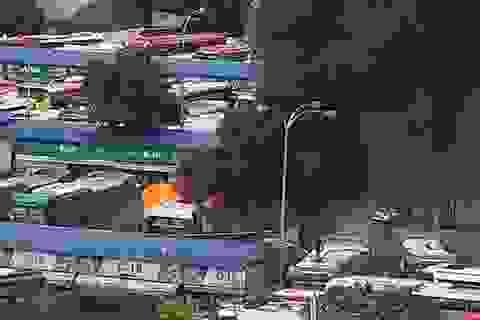 Xe khách cháy ngùn ngụt trong Bến xe Miền Đông