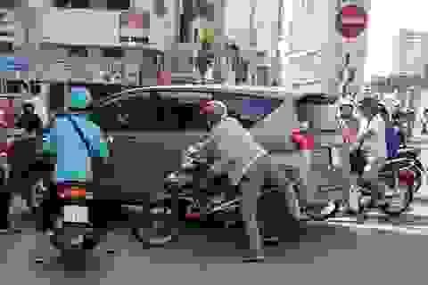 Xôn xao clip gần chục người dân truy đuổi ô tô gây tai nạn