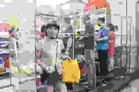 Cửa hàng bán bánh trung thu dựng vách ngăn phòng dịch Covid-19
