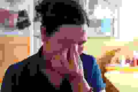 Đau nhói lòng cảnh người mẹ nghèo khóc... vì không có tiền cứu con
