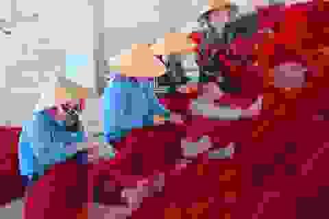 Những phụ nữ hành nghề vá lưới thuê ở mũi biển Đề Gi