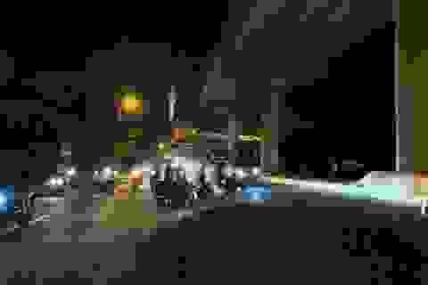 Hà Nội: Người đi xe máy ngã dúi dụi vì đống đất vương vãi trên đường