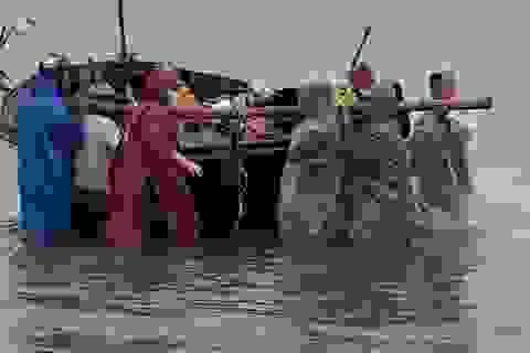 Ngư dân Đà Nẵng hối hả đưa tàu thuyền lên bờ tránh bão số 5