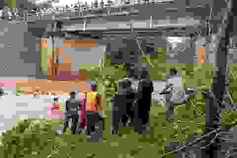 Hai vợ chồng bị nước lũ cuốn khi qua cầu tràn, vợ mất tích