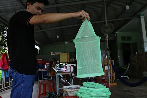 Kỹ sư 9x chế máy sản xuất bẫy ruồi, tạo việc làm cho nhiều người